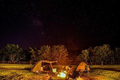 網張の星空の下で 焚き火を楽しむソロキャン