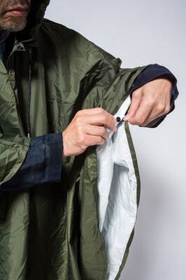 脇と裾に巻き上がりを軽減するスナップ付き(4カ所)