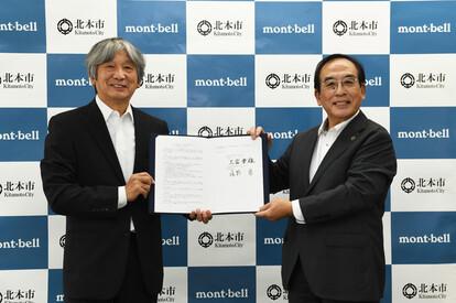 協定締結式の様子(左:株式会社モンベル辰野勇会長、右:北本市長三宮幸雄)