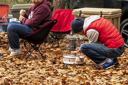 冬のキャンプ場で寒さを感じないための服装の基本を紹介