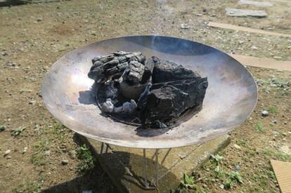 Colemanのファイヤーディスクに炭を入れて発火させる