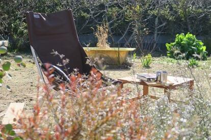 天気のいい日は庭にアウトドアチェアを出して読書