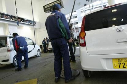 ガソリンスタンドでたまに見かける謎行為! クルマを「揺すって」給油する意味とは
