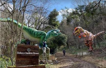 京都府 恐竜オブジェが出迎えの『次世代グランピング施設』