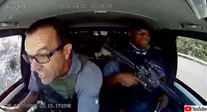 現金輸送車が武装集団に襲われる事件が発生。弾丸を撃ち込まれるも冷静に対応したドライバー
