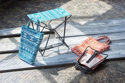 「折り畳みスツール Native(オレンジ、ブルー)」価格:各858円/サイズ:W30×D18×H28cm