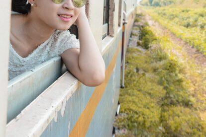 列車・車窓・窓・女性
