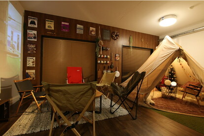 室内にテントを設置したキャンプルーム。最大8人宿泊可能で、BBQも楽しめる。