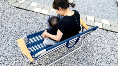 2人がけのアウトドアベンチに子どもと座る