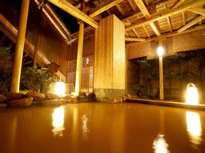 館内にはゆったりくつろげる有馬温泉が(写真は公式サイトより)