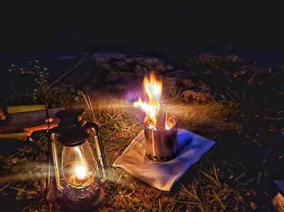 ランタンとソロストーブの炎