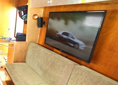トレーラーに設置したTVモニター